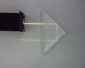 شکل بازتاب نور در یک منشور